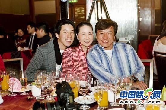 成龙父子为林凤娇庆60大寿 七年来首次合照